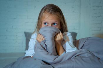 Почему ребенок боится темноты и что делать: советы психолога