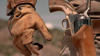 Почему ковбои крутят револьвер и дуют на ствол?