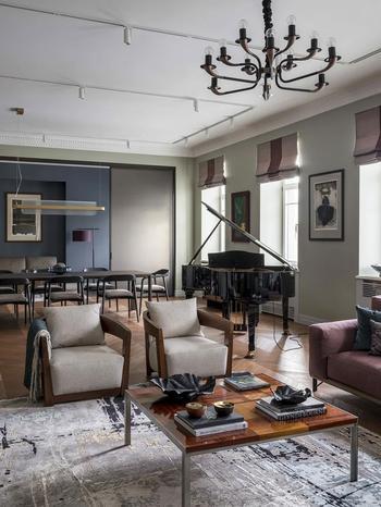Современный интерьер в сложной цветовой гамме в историческом доме в Москве