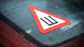 В России отменили обязательную установку знака «Шипы» на автомобили