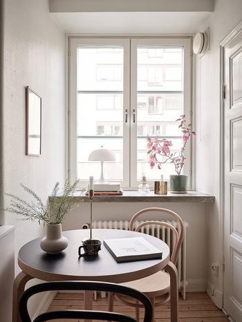 Очень маленькая квартира с нежным декором для девушки в Швеции