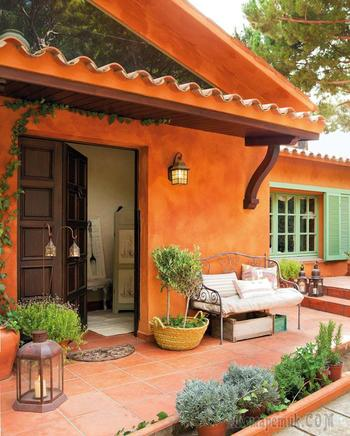 Прекрасный дом с оранжевым фасадом в тёплой Испании
