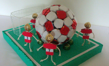 Как сделать футбольный мяч из конфет
