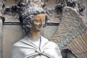 Самые загадочные улыбки в истории искусства: От бюста Нефертити до мадонн Рафаэля