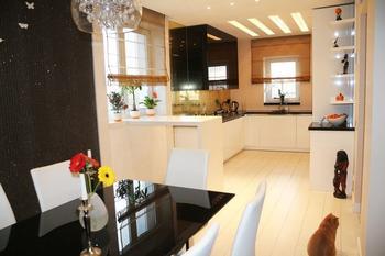 Кухня: черно-бело-золотистая и ночной охранник холодильника