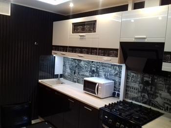 Кухня: черные стены, потолок, батарея и бытовая техника