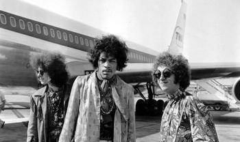 Меха, сигары и папарацци: как знаменитости путешествовали в 70-х