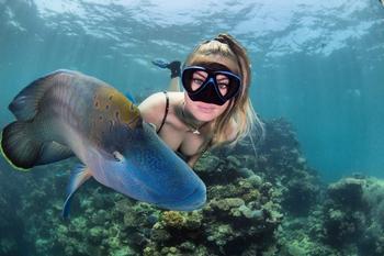 Все называют ее снимки фотошопом, но они реальны: удивительные кадры дайвера и подводного мира