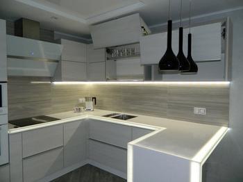 Кухня: подсветка внутри столешницы, стеклянная дверь внутри стены