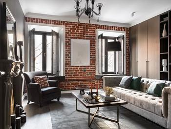 Кирпичная стена и классический камин: современная квартира в старом доме в Москве