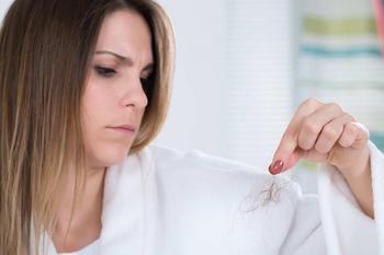 От чего выпадают волосы: возможные причины и методы лечения