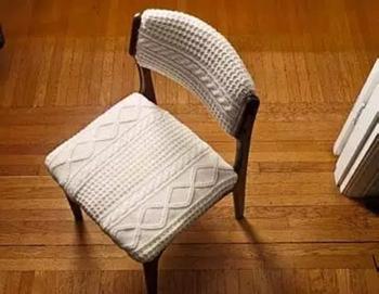 Стильная обивка для стульев из старого свитера