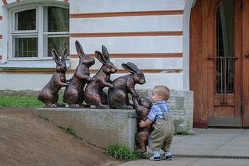 30 смешных фото о том, как правильно фоткаться со скульптурами