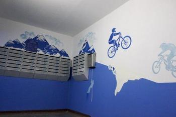 Жители домов с помощью красок и фантазии украшают свои подъезды