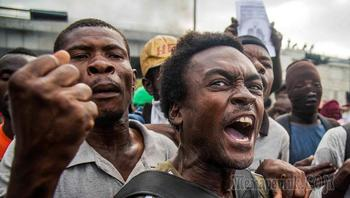 """""""Долой американцев, да здравствует Путин!"""": гаитяне сожгли американский флаг"""