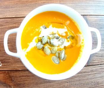 Тыквенный крем суп со сливками, семечками и кальмаром