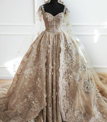 Платья настоящей королевы: в сети спорят, какой из этих 9 нарядов — самый роскошный