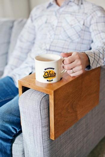 Столик на подлокотник дивана своими руками