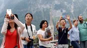 Селфи-апокалипсис в действии: как туристы из Азии стали бедствием для австрийского городка Гальштат
