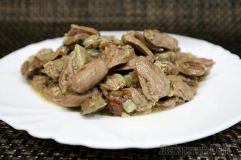 Куриные сердечки с луком на сковороде