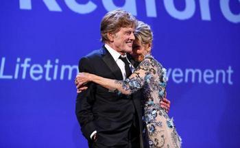 79-летняя Джейн Фонда появилась на Венецианском кинофестивале в «голом» платье