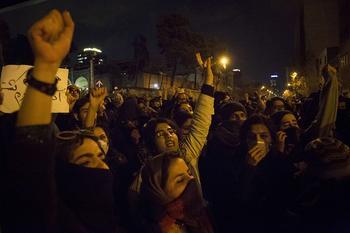 AP: в Тегеране полиция открыла огонь по демонстрантам