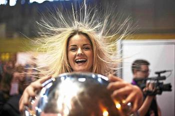 8 хитростей, как избавиться от статического электричества и перестать бить окружающих током