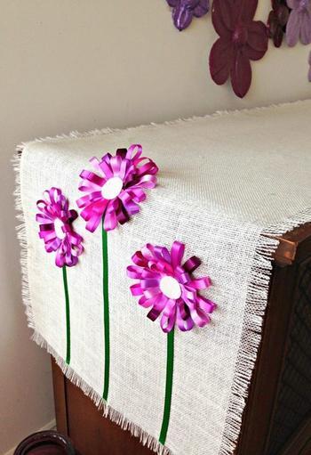 Салфетки из мешковины с цветами из ленточек