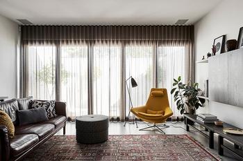 Интерьер дома с красочными акцентами и элементами ретро