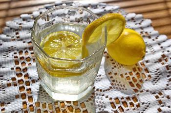 Ошибка тех, кто пьет теплую воду с лимоном натощак