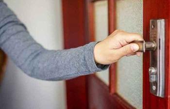 Средство, которое избавит от скрипа дверных петель