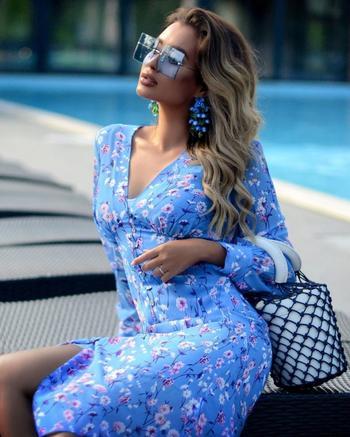 Как правильно носить голубое платье