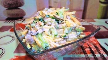 Салат с мясом и яичными блинчиками.