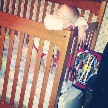 Дети, которые уснули в самых неожиданных позах