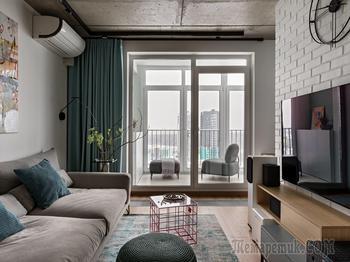 Дизайнерка оставила бетонный потолок и кирпичные перегородки – и вот какой интерьер получился