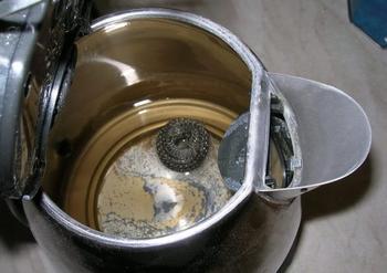 Очистка чайника от накипи содой