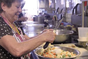 Вкусно как у бабули: ресторан, нанял бабушек разных национальностей, чтобы готовить домашнюю еду
