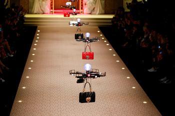 На показе Dolce & Gabbana в Саудовской Аравии моделей заменили дронами