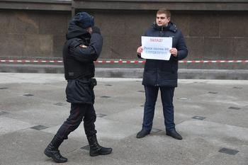 Возле Госдумы прошел пикет в защиту депутата Слуцкого.