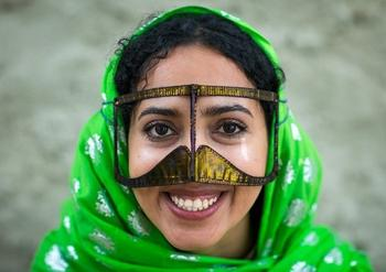 Зачем иранские женщины на лице носят маски?