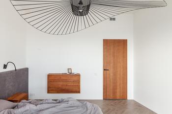 Архитекторы показали необычную минскую квартиру с сауной, шведской стенкой и огромной люстрой