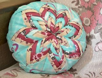 Интересная подушка в стиле пэчворк