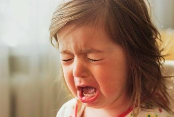 Почему маленькие дети закатывают истерики и что с этим делать родителям?
