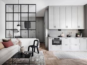 Стеклянная перегородка и много мест для хранения: компактная квартир в 34 кв. м