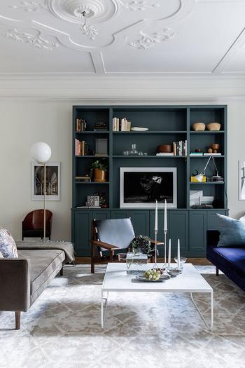 Элегантные апартаменты с красивой лепниной и тёмными акцентами в Стокгольме