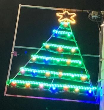 Шотландский Ньюбург каждый год украшают рождественскими огнями, вдохновлёнными детскими рисунками