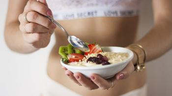 Диетолог рассказала, как можно больше есть, но всё равно худеть