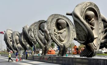 В Катаре разместили гигантскую скульптуру зарождающейся жизни