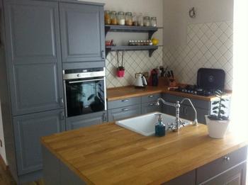 Кухня: серый, дерево и остров