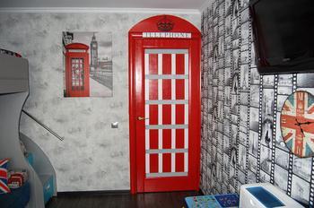 Детская: лондонская телефонная будка и британский флаг